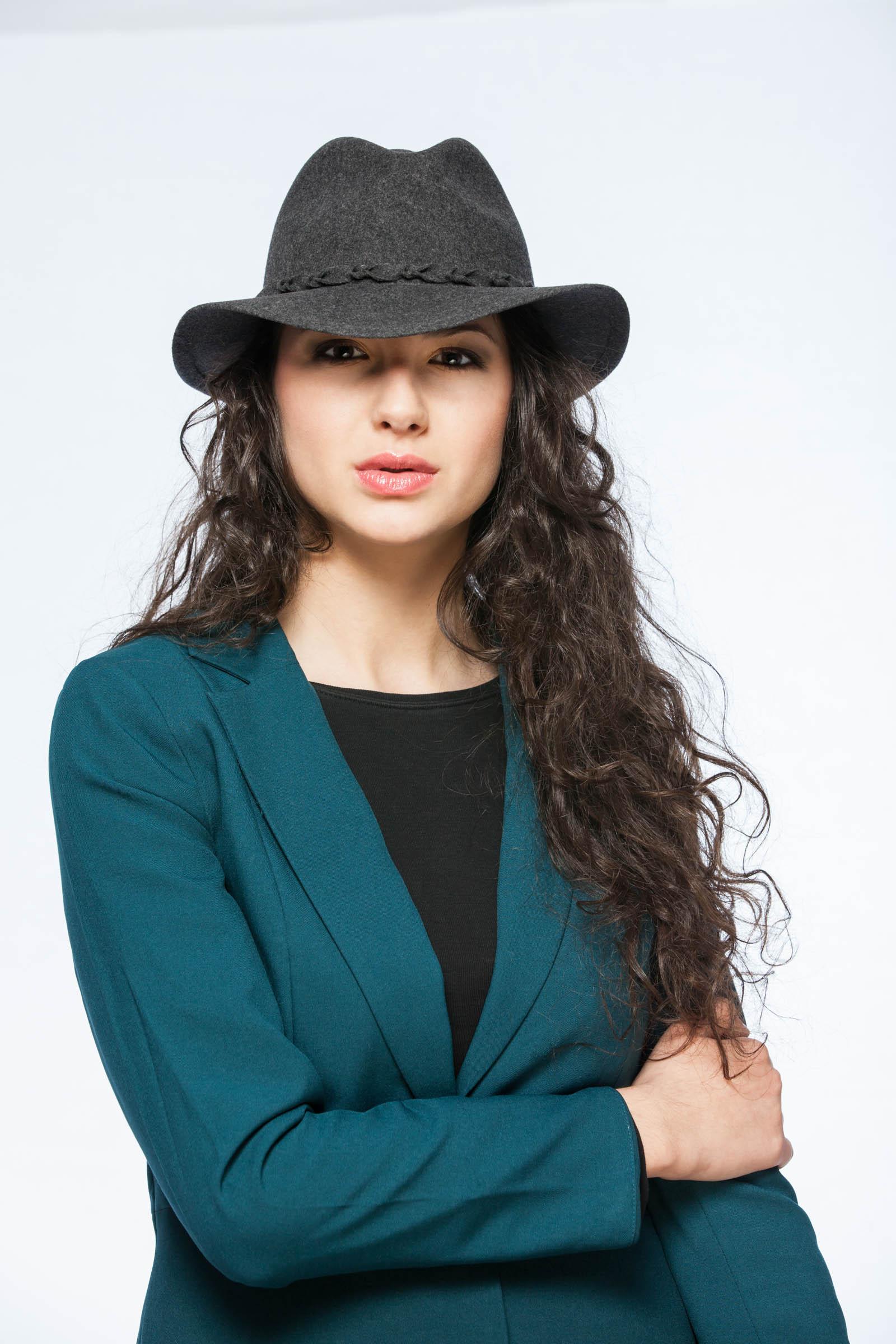Mayser - reklamná fashion fotografia - dievča v klobúku